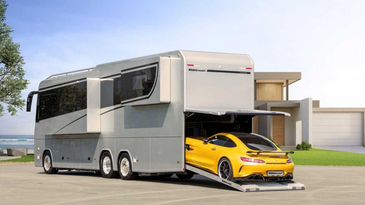 Grazie a questo enorme Motorhome potrete portare la vostra auto ovunque vogliate