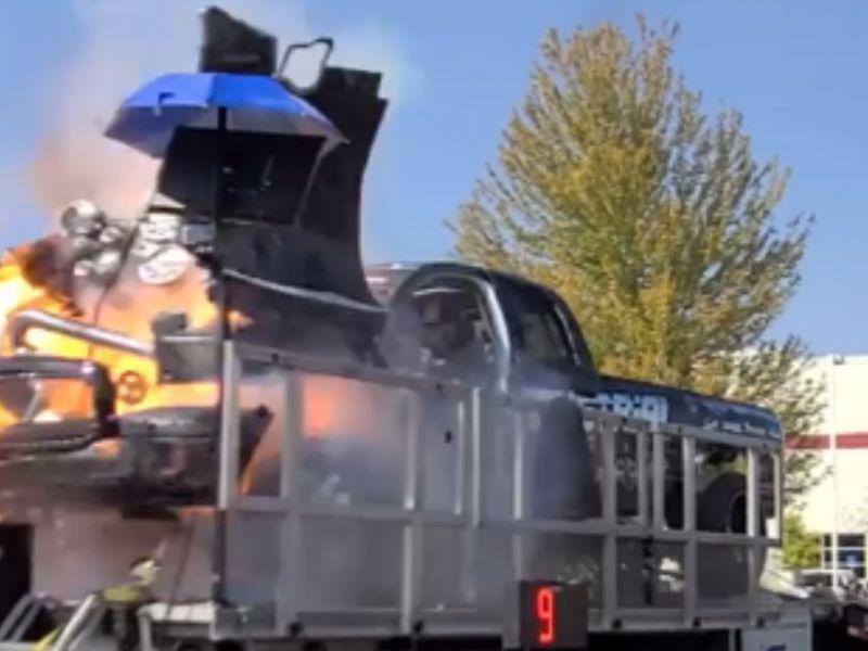 Guardate questo motore Cummins mentre esplode e vola via dal cofano di un pickup
