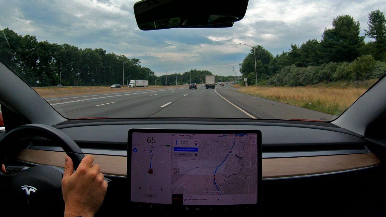 Guida autonoma Tesla: ecco il parere di Consumer Reports