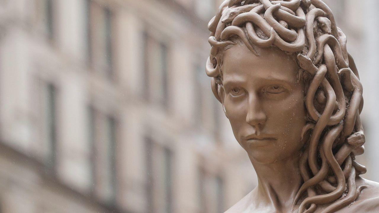 Harvey Weinstein sconfitto: una statua di Medusa celebra le donne, tra provocazione e mito