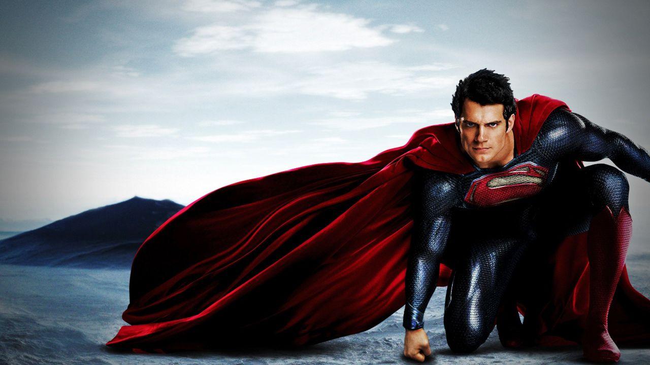 Henry Cavill 'pompa' i muscoli in palestra: è in preparazione per Superman 2?