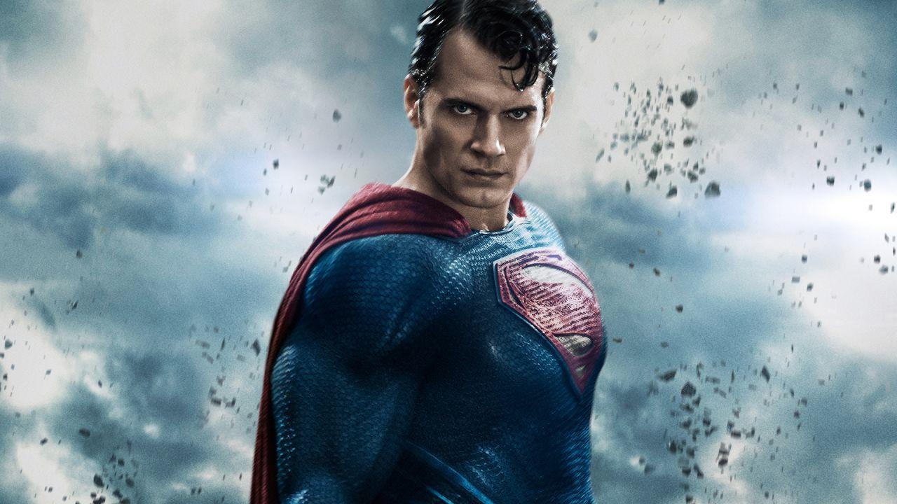 Henry Cavill, l'uomo d'acciaio DC indossa l'armatura di Batman di Christian Bale