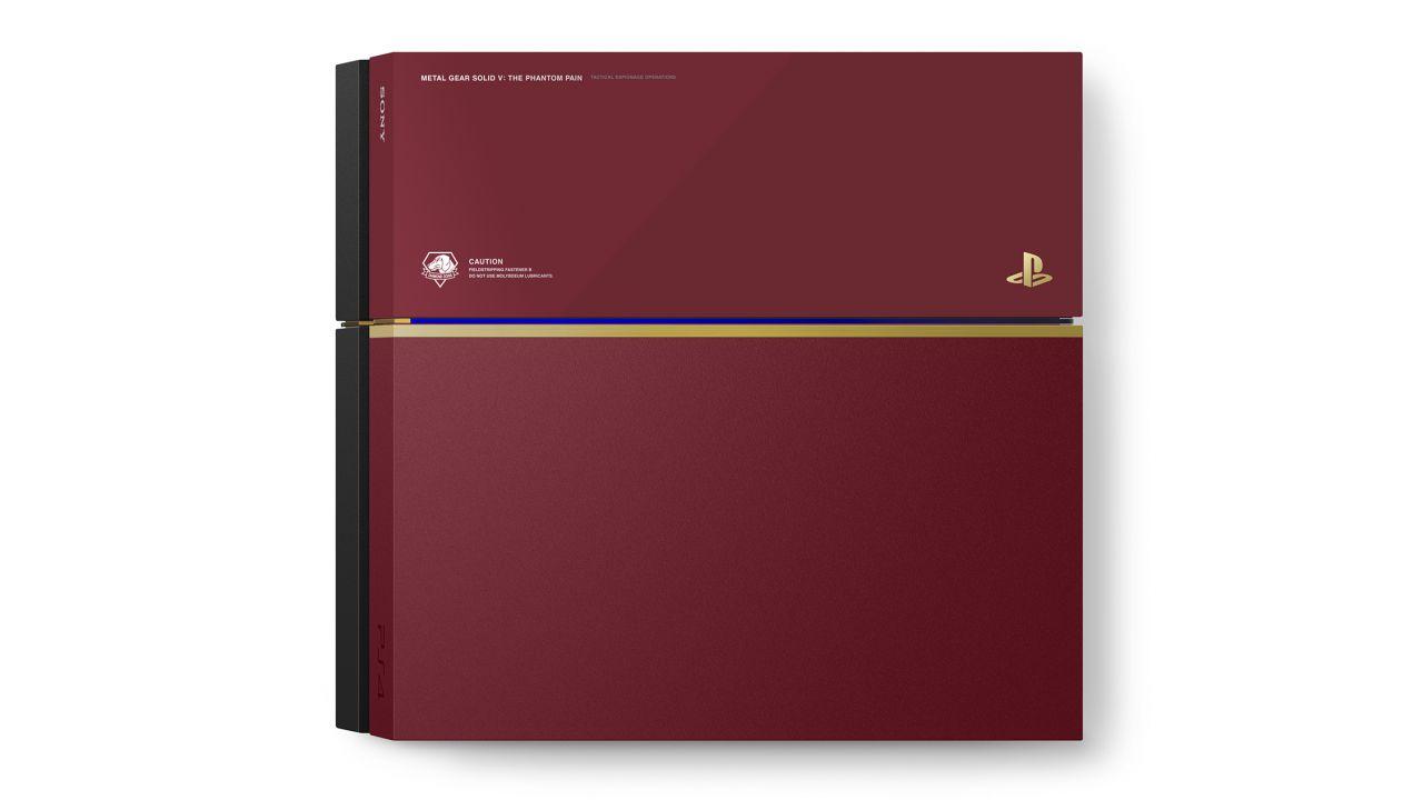 Hideo Kojima mostra una foto della PlayStation 4 personalizzata per MGS 5 The Phantom Pain