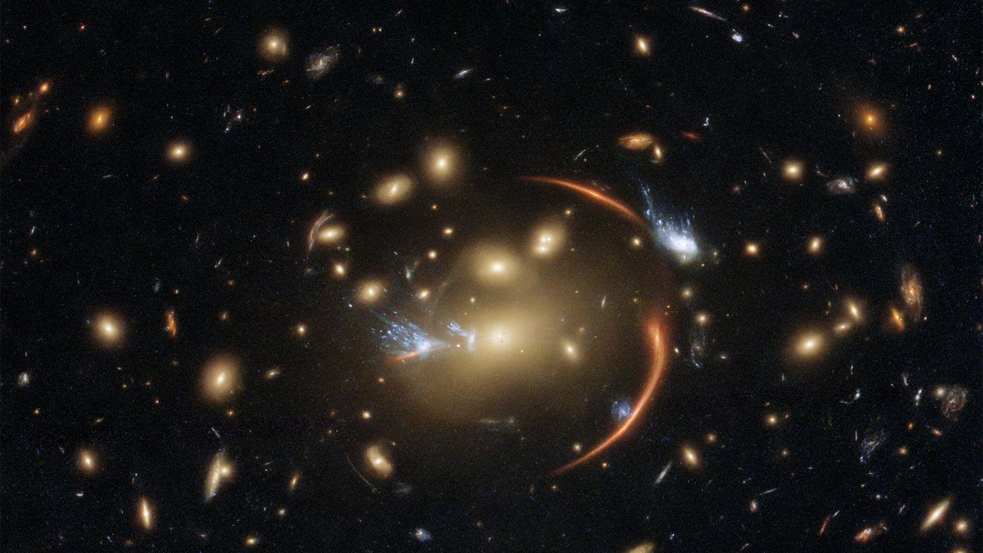 """Hubble ci mostra uno spettacolare effetto """"lente gravitazionale"""" di una galassia morente"""
