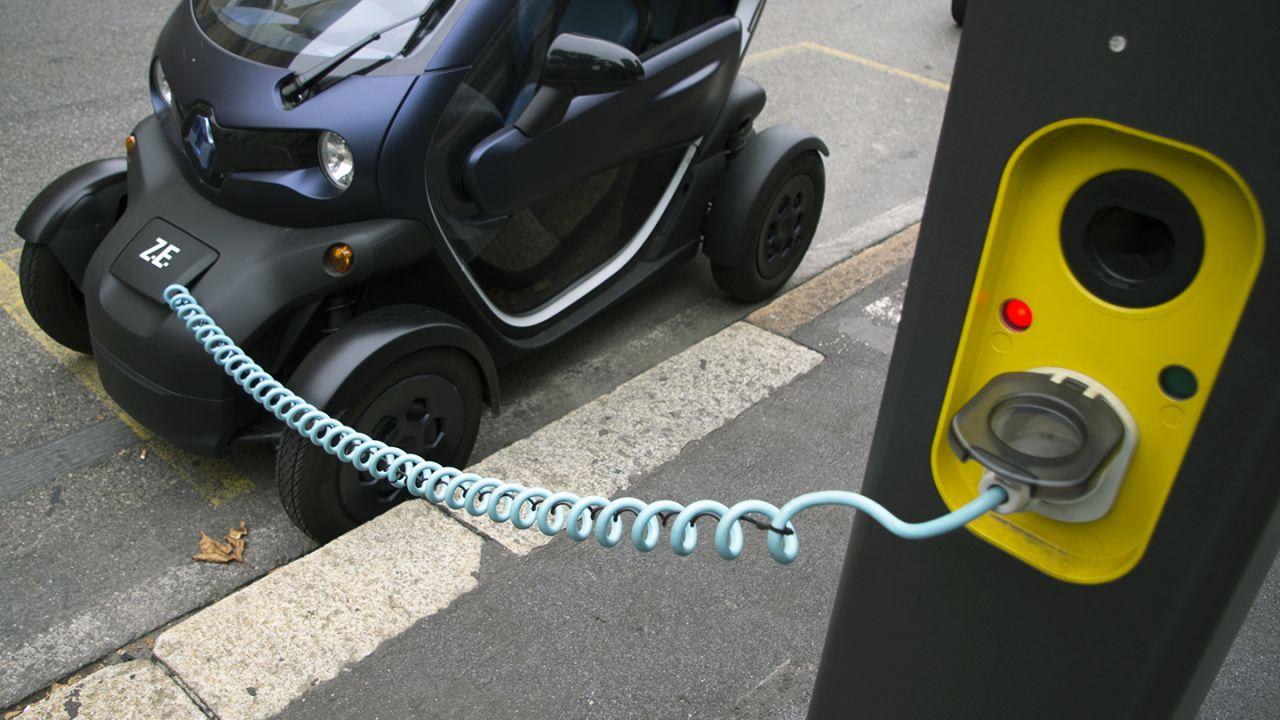 I benzinai di Milano dovranno offrire anche la ricarica elettrica: svolta storica