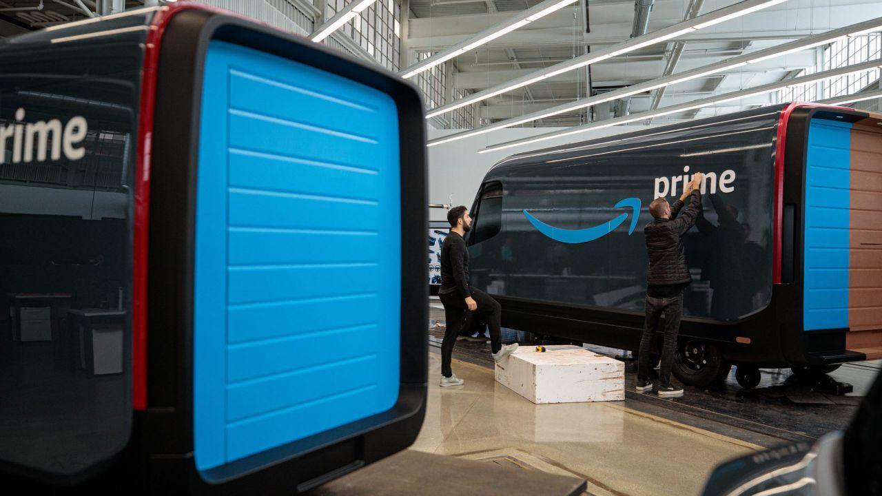 I nuovi furgoni elettrici di Amazon visti da vicino: foto e video