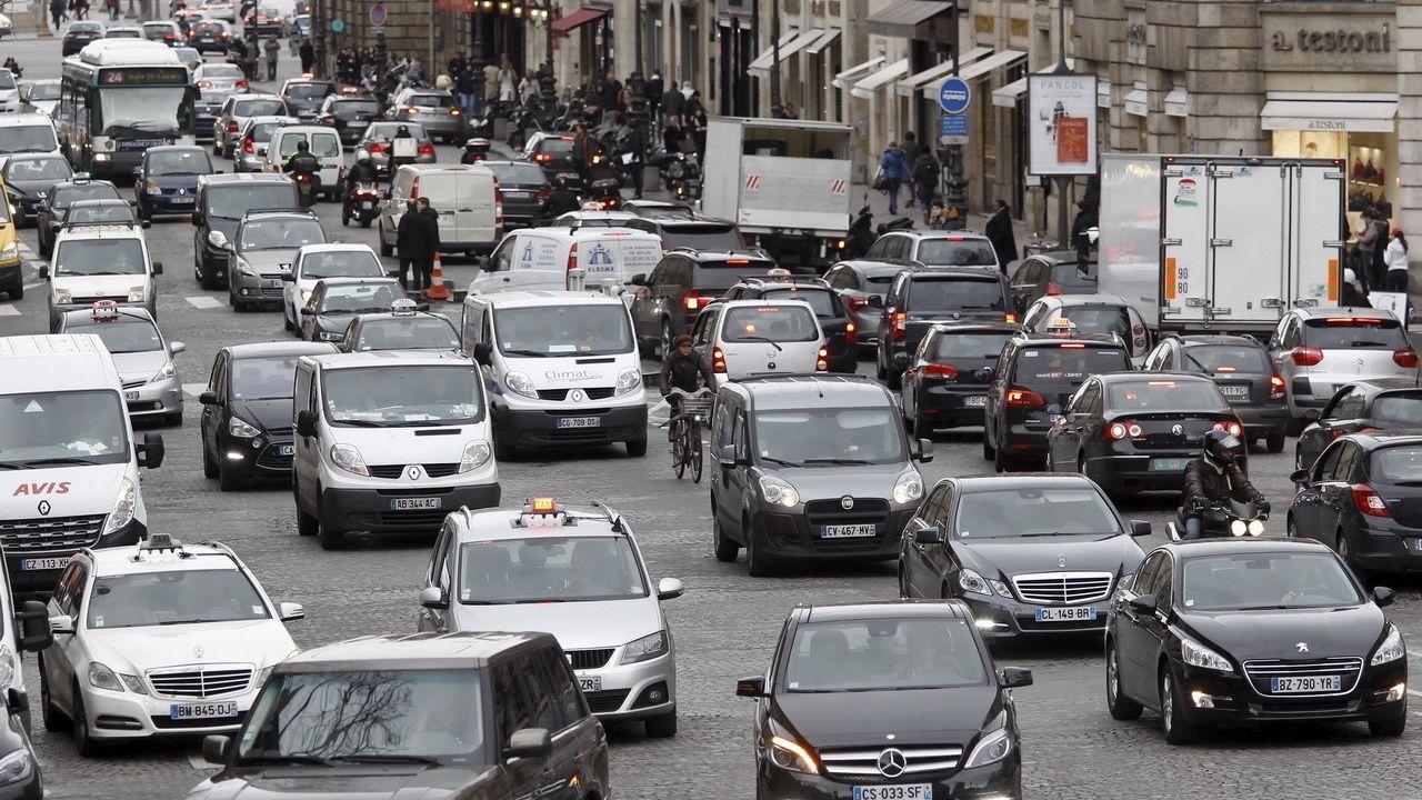 Il bollo auto a un bivio: pagare in base alle emissioni o ai km percorsi?