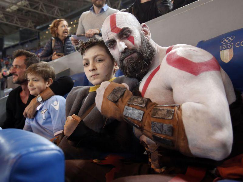 Il derby Lazio-Roma ha avuto due spettatori d''eccezione: Kratos e Atreus di God of War