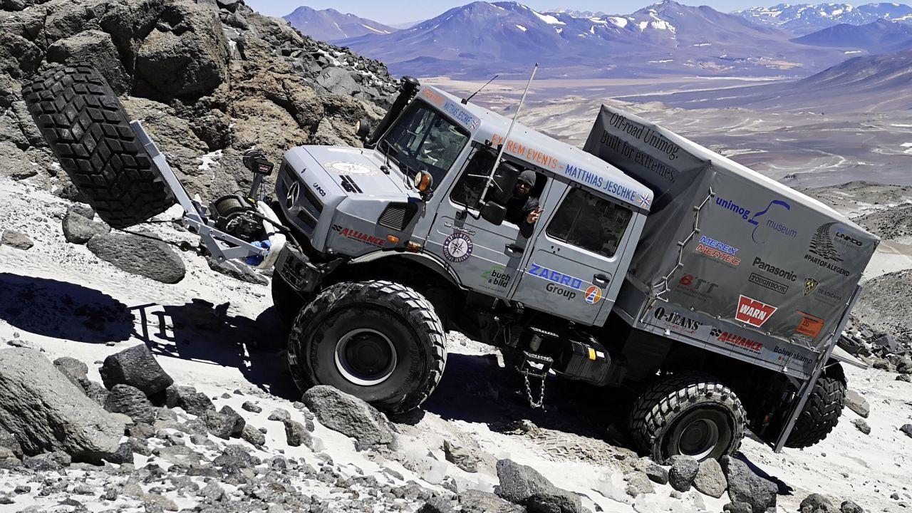 Il Mercedes Unimog è un veicolo indistruttibile che può salire fino a 7 km di altitudine