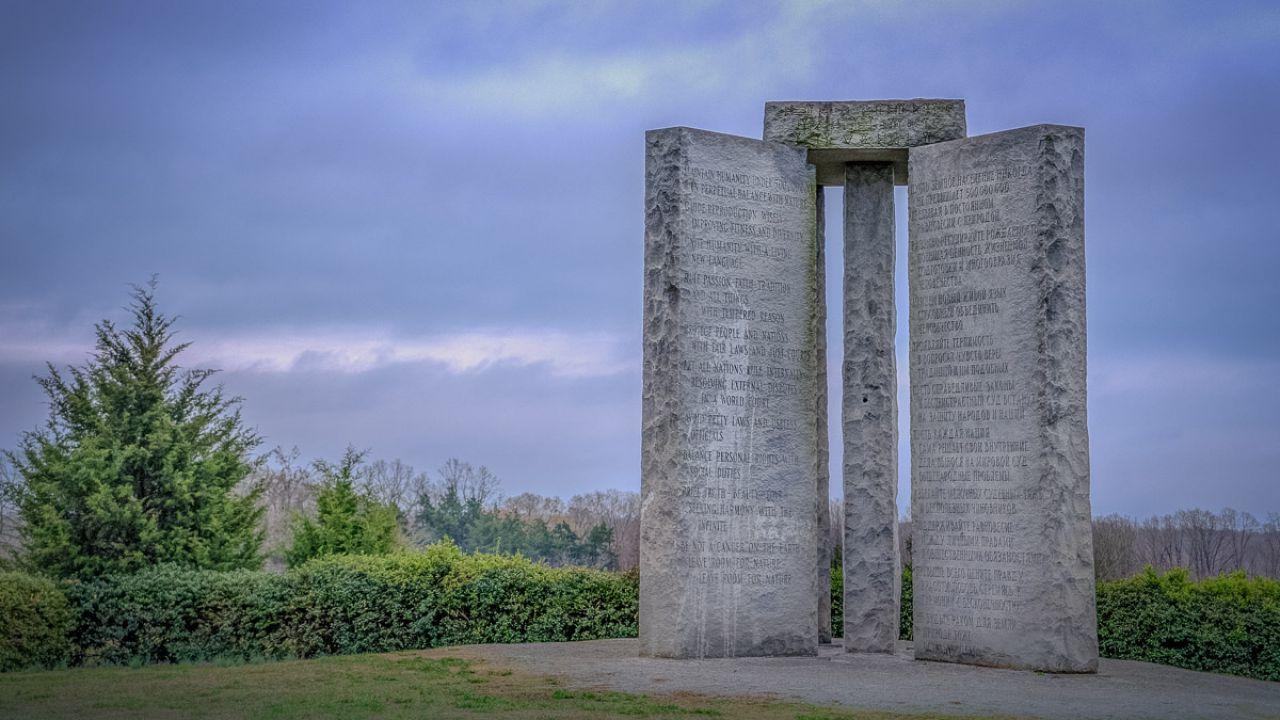 Il mistero delle Georgia Guidestones, il monumento con le regole per ricostruire il mondoo