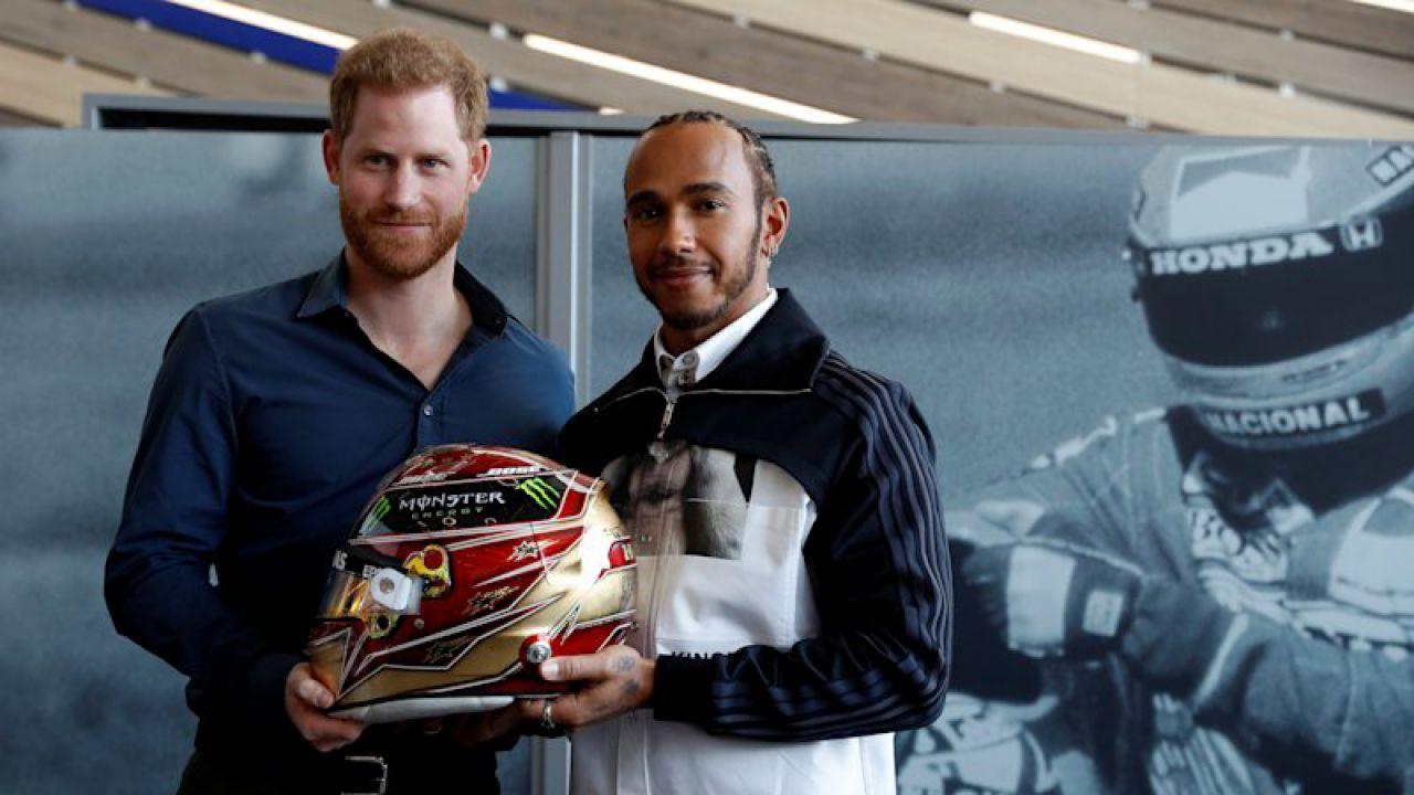 Il Principe Harry e Lewis Hamilton inaugurano a Silverstone un museo dedicato alle corse