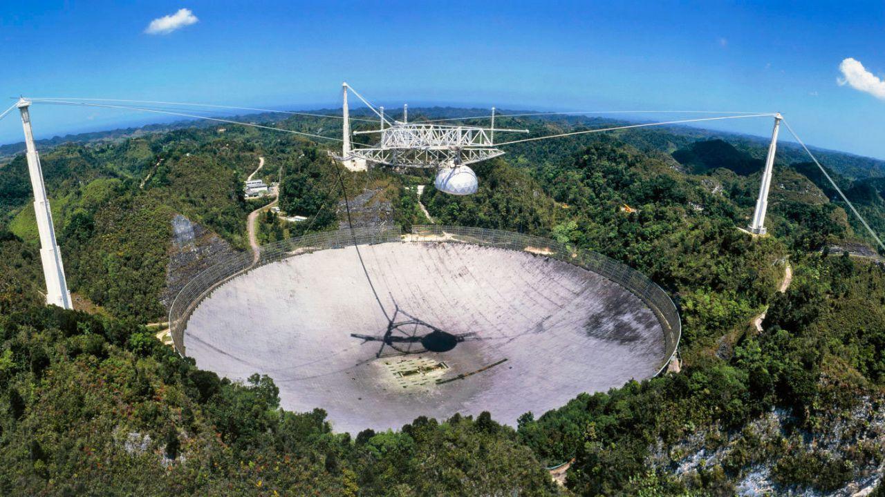 Il radiotelescopio di Arecibo è stato gravemente danneggiato da un cavo di sostegno