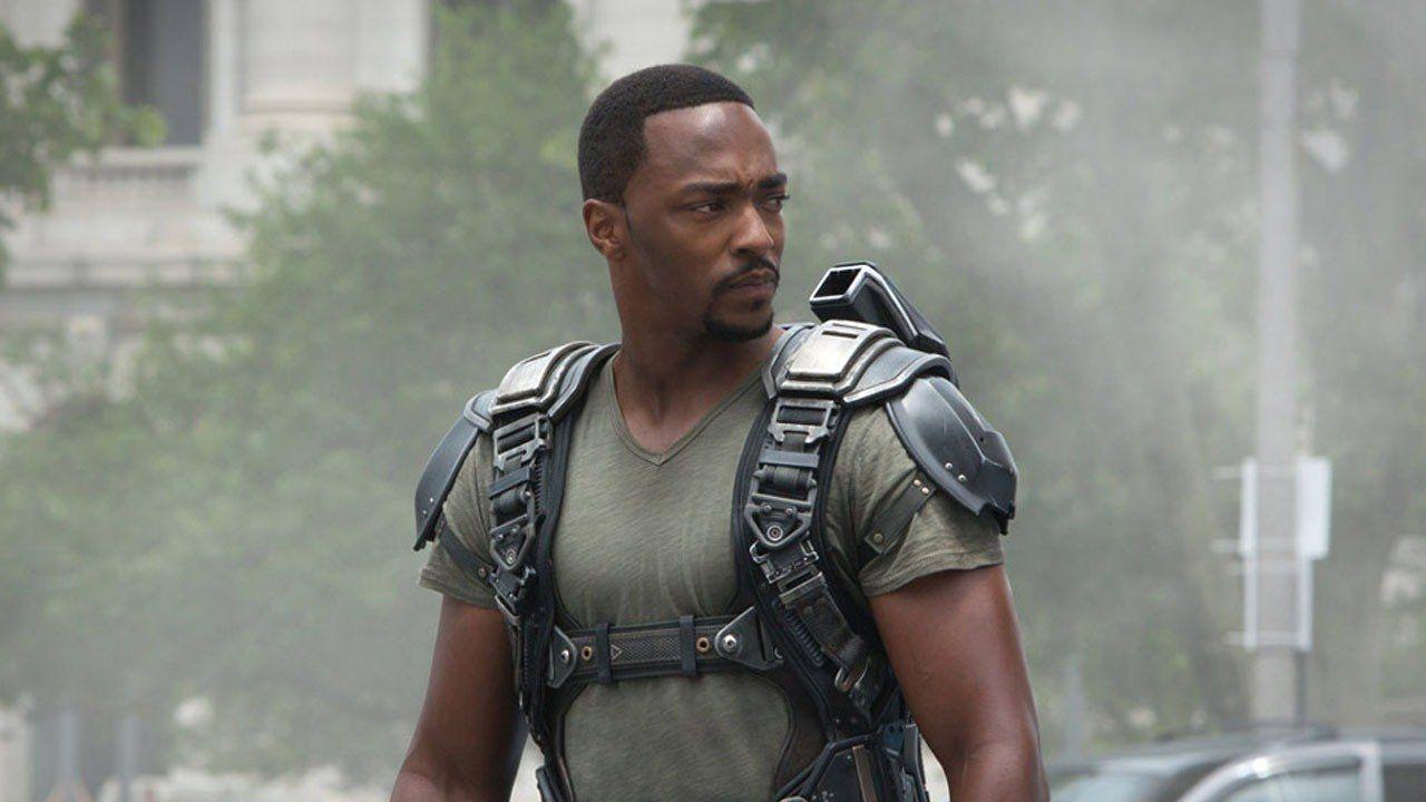 Il regalo a tema Captain America per Anthony Mackie sul set del nuovo film