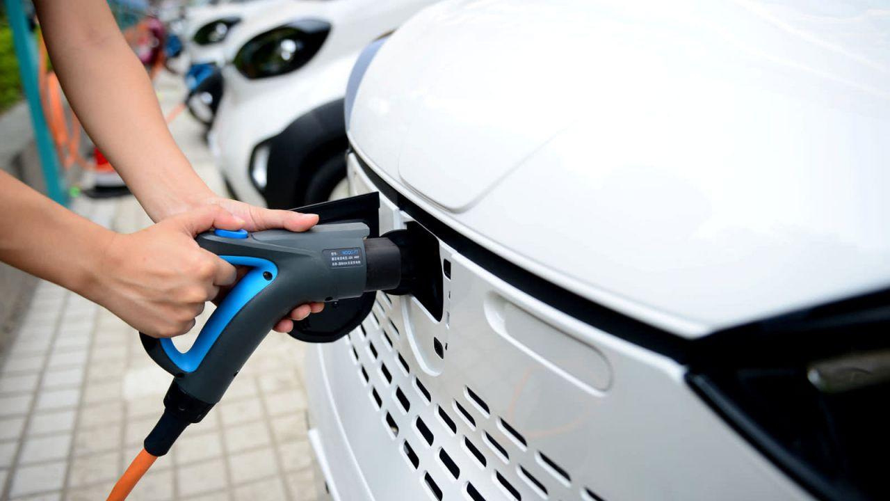 Il lato sporco delle auto elettriche, le batterie: CO2 a rischio aumento