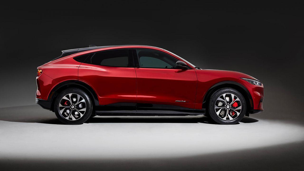 Il SUV elettrico Ford Mustang Mach-E arriverà prima in Europa, poi in USA
