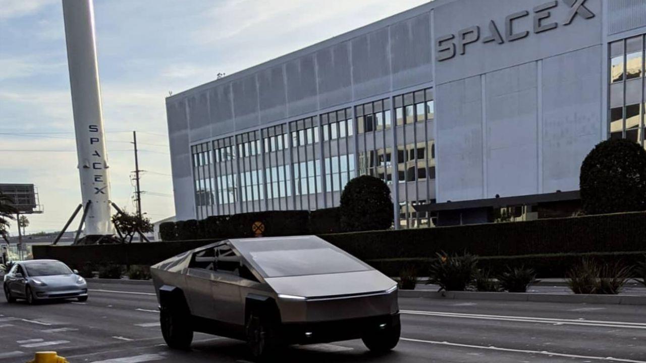Il Tesla Cybertruck sul set della serie Jay Leno's Garage con Elon Musk
