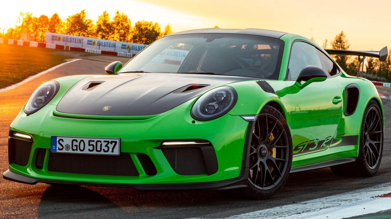 Impiegato di Porsche ruba 3 milioni di euro ai clienti e li spende nei club