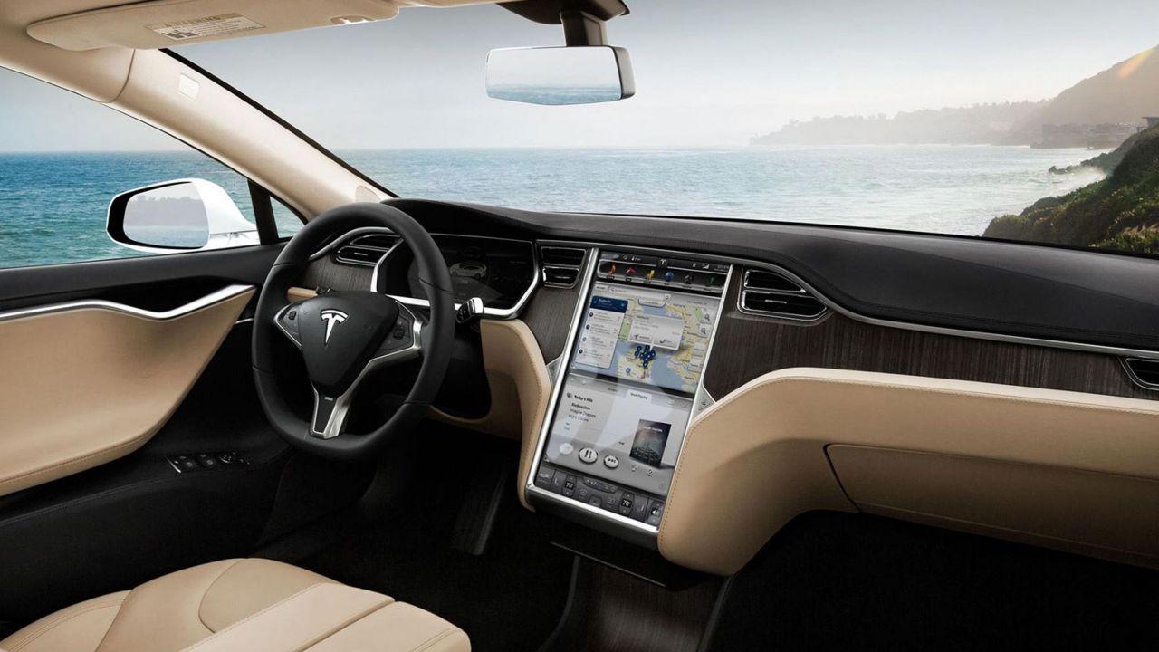 In arrivo nuovo hardware Tesla: batterie, wireless charger per S e X e altro