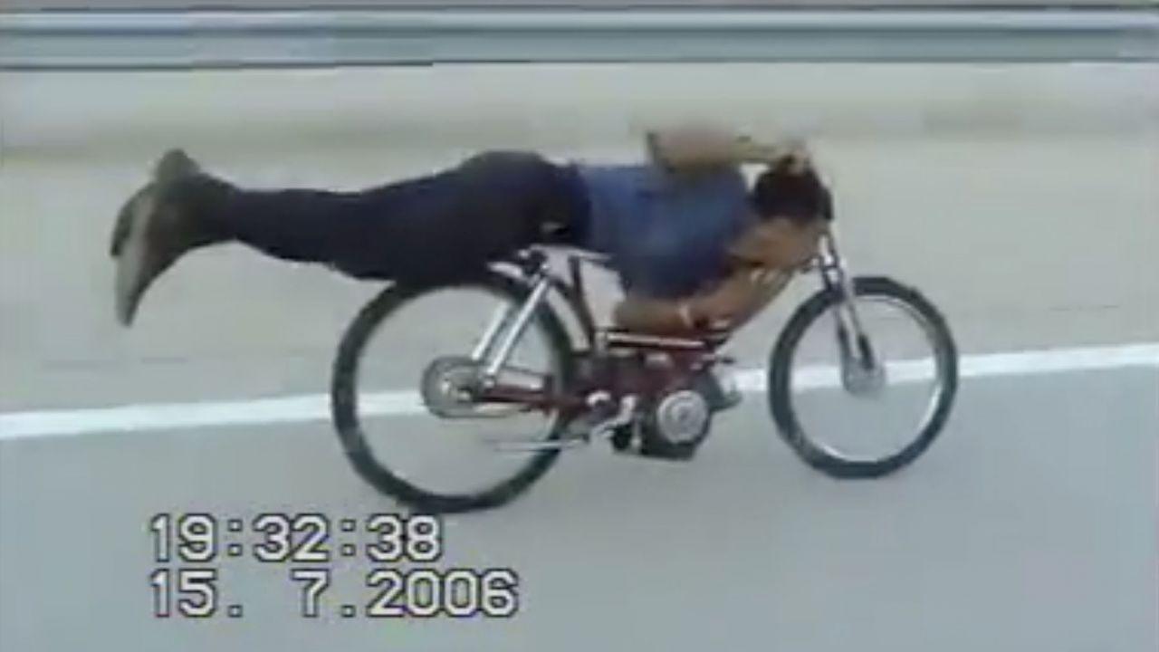 In autostrada a velocità folle aggrappato al motorino: il video
