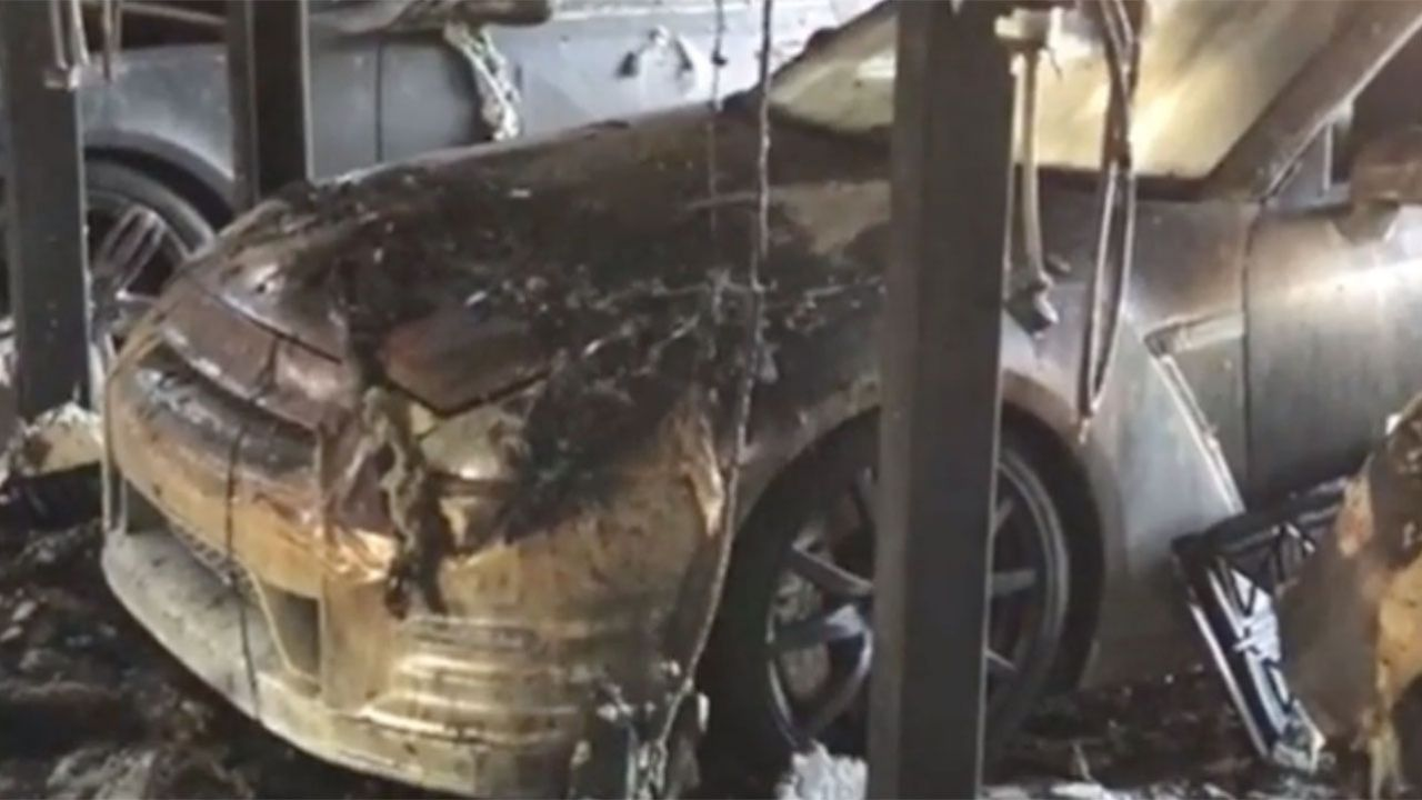 In fiamme una collezione di Tesla, Bentley, Rolls-Royce e molto altro, le immagini