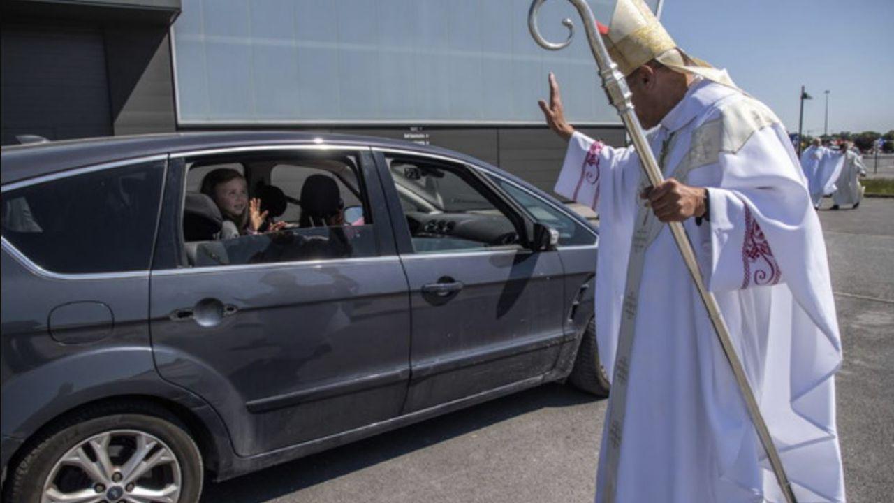 In Francia hanno organizzato una messa drive-in: in 500 in automobile
