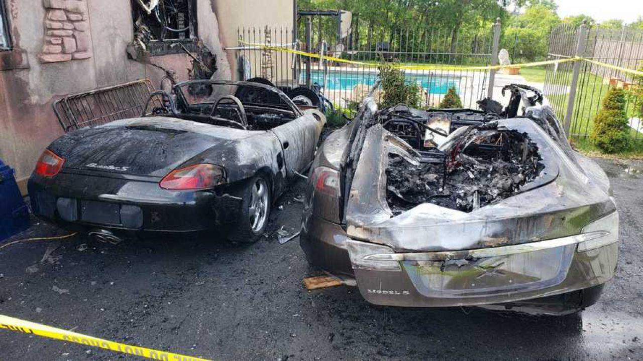 Incendio misterioso divora una Tesla, una Porsche e persino una casa