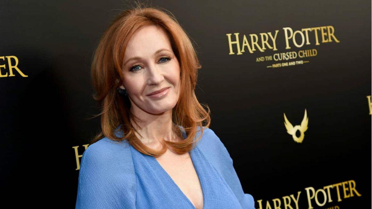 J.K. Rowling, nuove accuse per l'autrice di Harry Potter: 'Sostiene un sito transfobico'