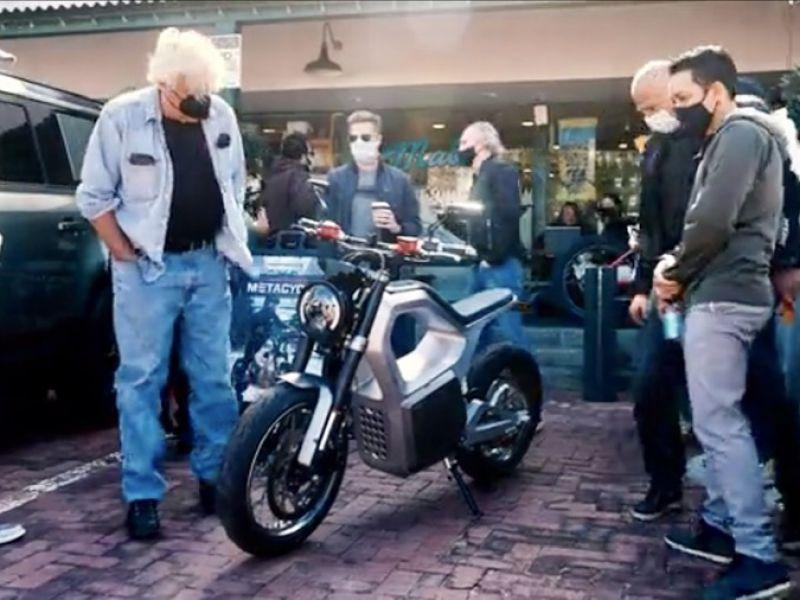 Jay Leno tocca con mano la Sondors Metacycle, la moto elettrica da 90 kg