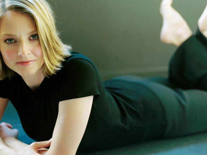 Jodie Foster ha rubato la scena in pigiama con sua moglie ai Golden Globe 2021: guardate