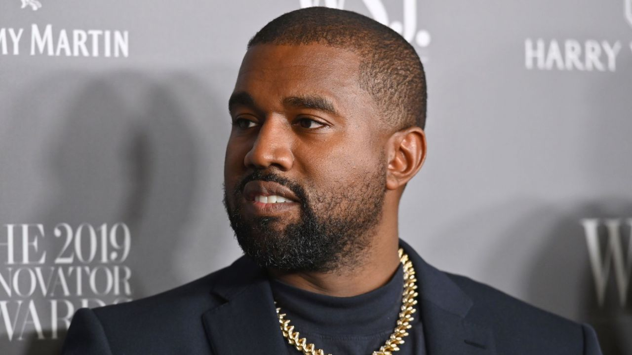 Kanye West show, guerra contro l'industria musicale: su Twitter orina sul proprio Grammy!
