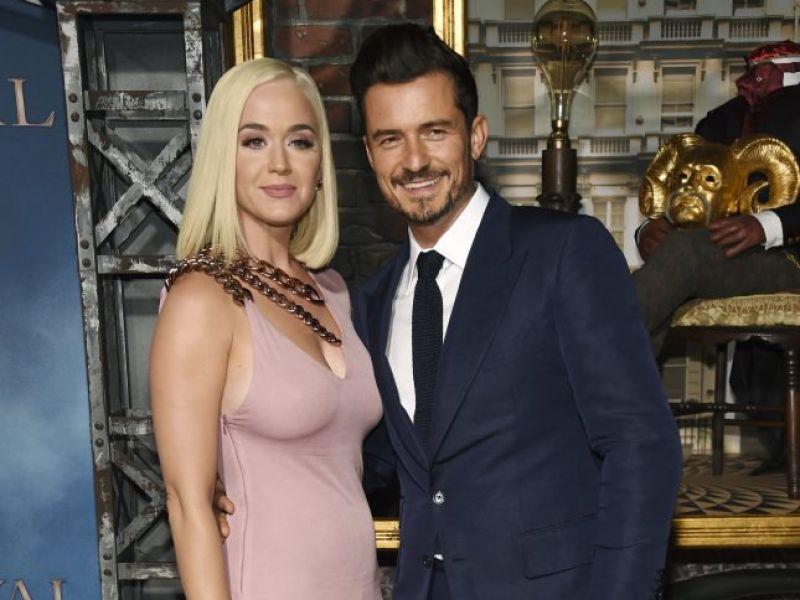 Katy Perry e Orlando Bloom aspettano un figlio: le foto col pancione spopolano in rete