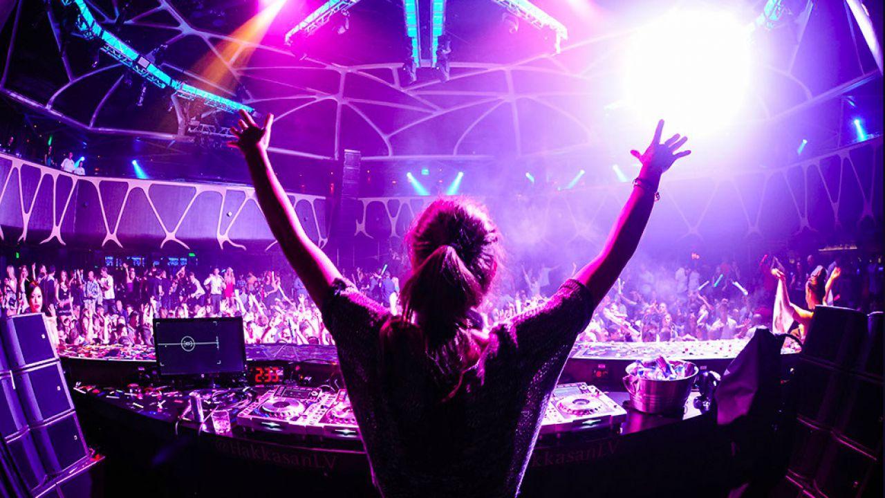 L'Attacco dei Giganti: DJ suona un remix dubstep e il pubblico impazzisce, boom sui social