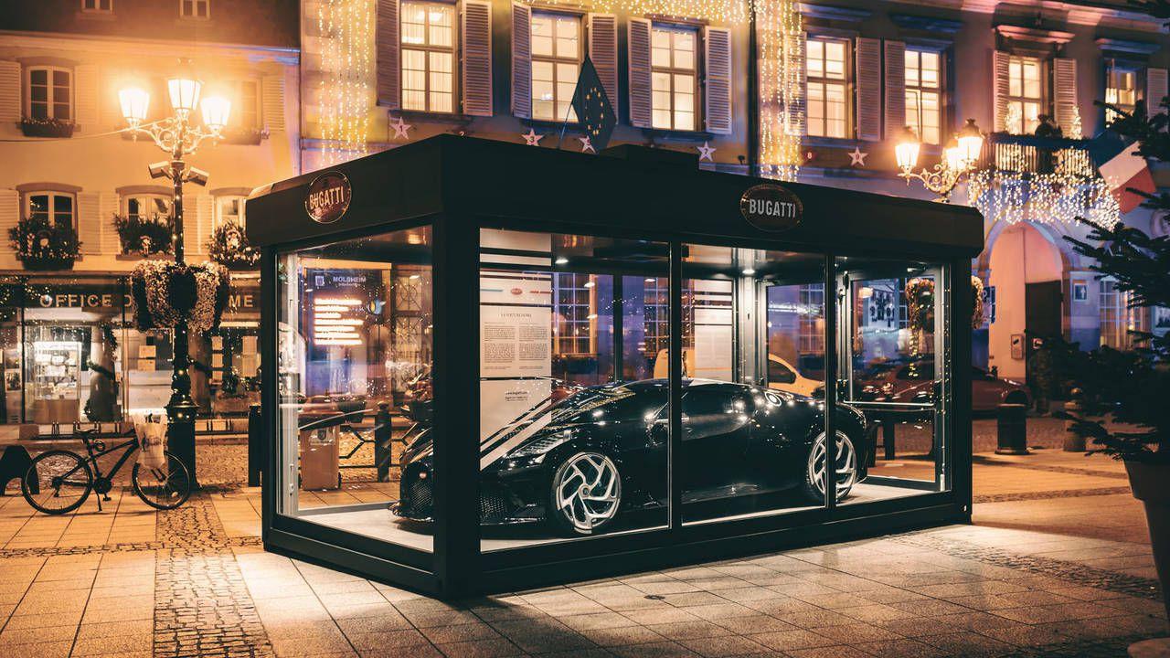 La Bugatti La Voiture Noire è la decorazione natalizia definitiva