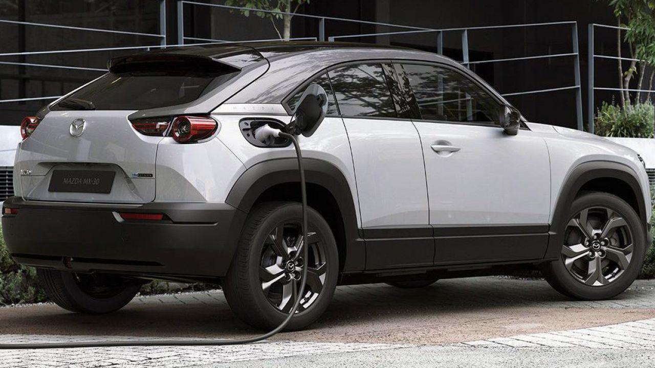 La prima elettrica di Mazda è più lenta per somigliare ad un'auto tradizionale