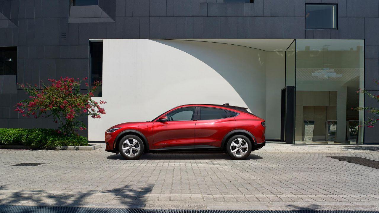 La Ford Mustang Mach-E si ordina online: clienti snobbano rivenditori