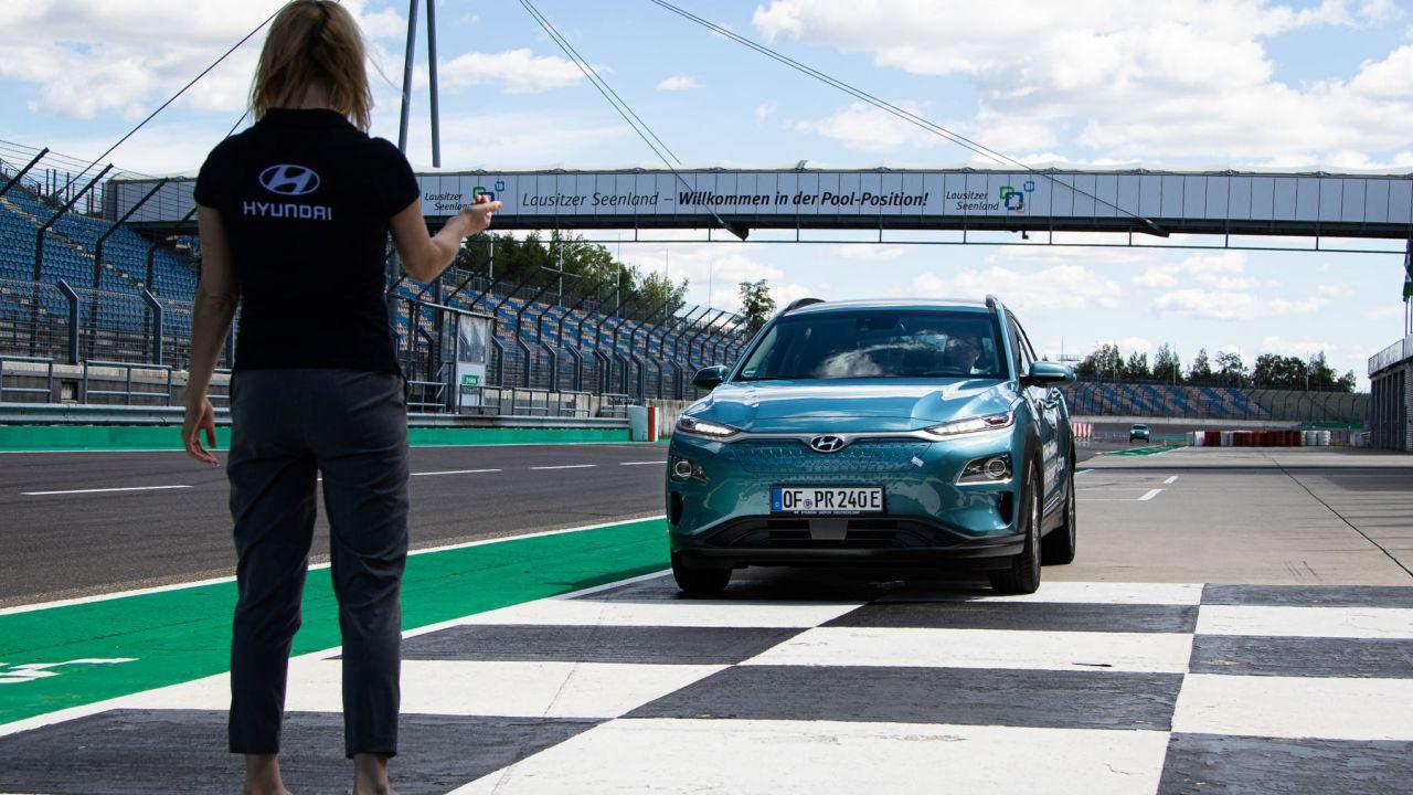 La Hyundai Kona Electric 64kWh supera i 1.000 km di autonomia con una carica: è record