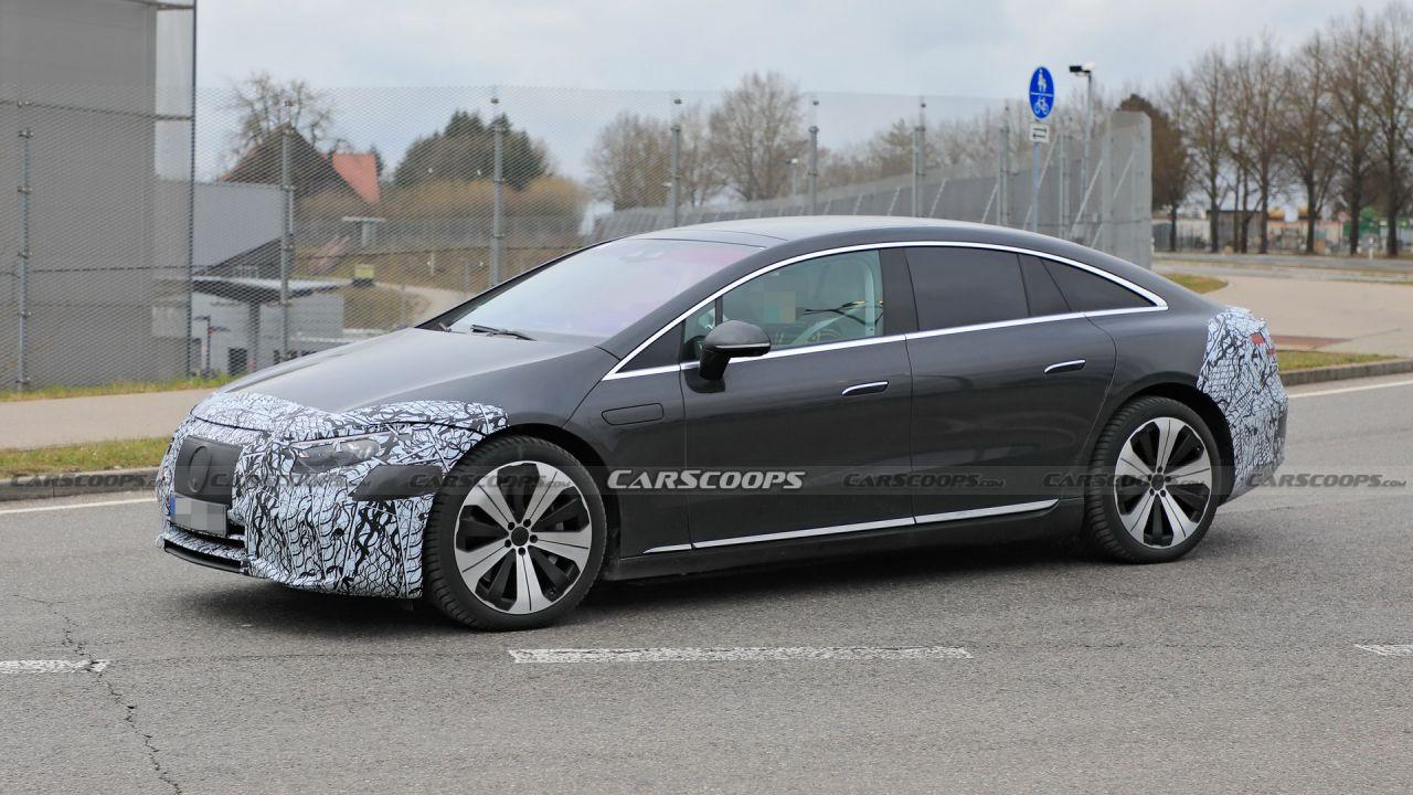 La Mercedes EQS è quasi pronta: avvistato un prototipo poco camuffato
