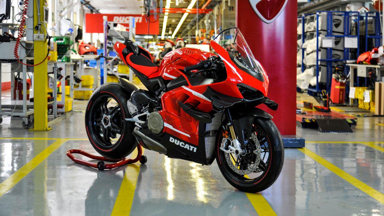 La nuova Ducati Superleggera V4 vi porta in pista sulle moto SBK e MotoGP
