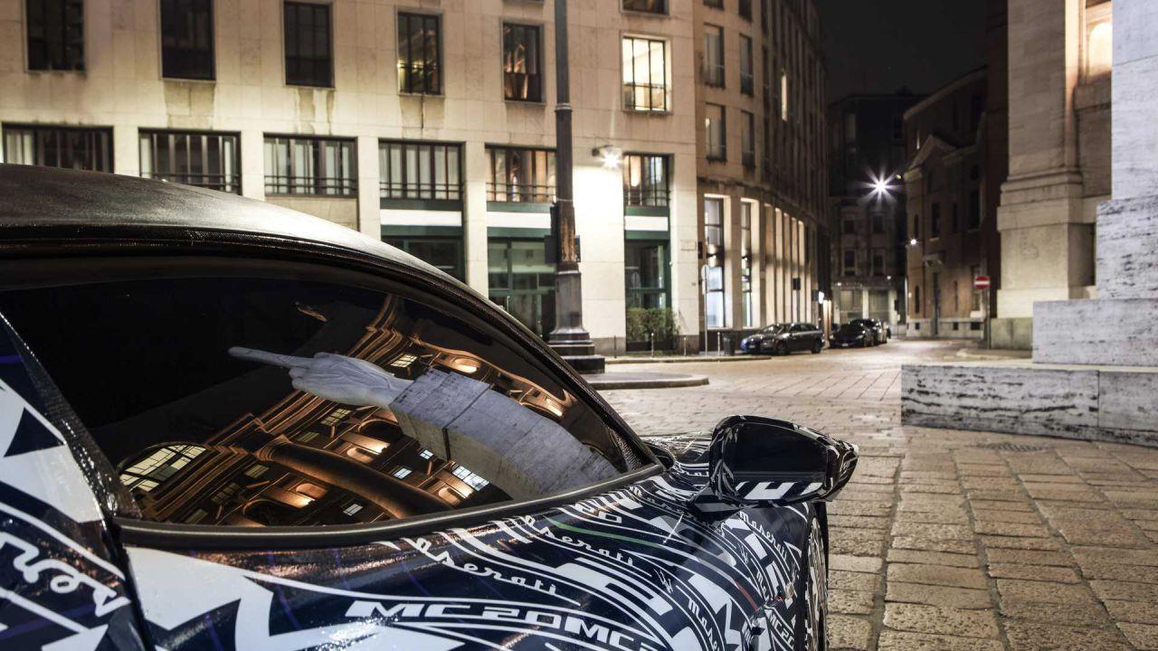 La nuova Maserati MC20 fotografata fra le strade di Milano, a Piazza Affari
