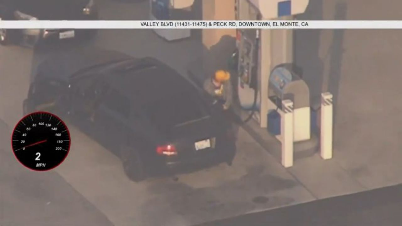 La polizia insegue un ricercato, e lui si ferma pure a fare benzina