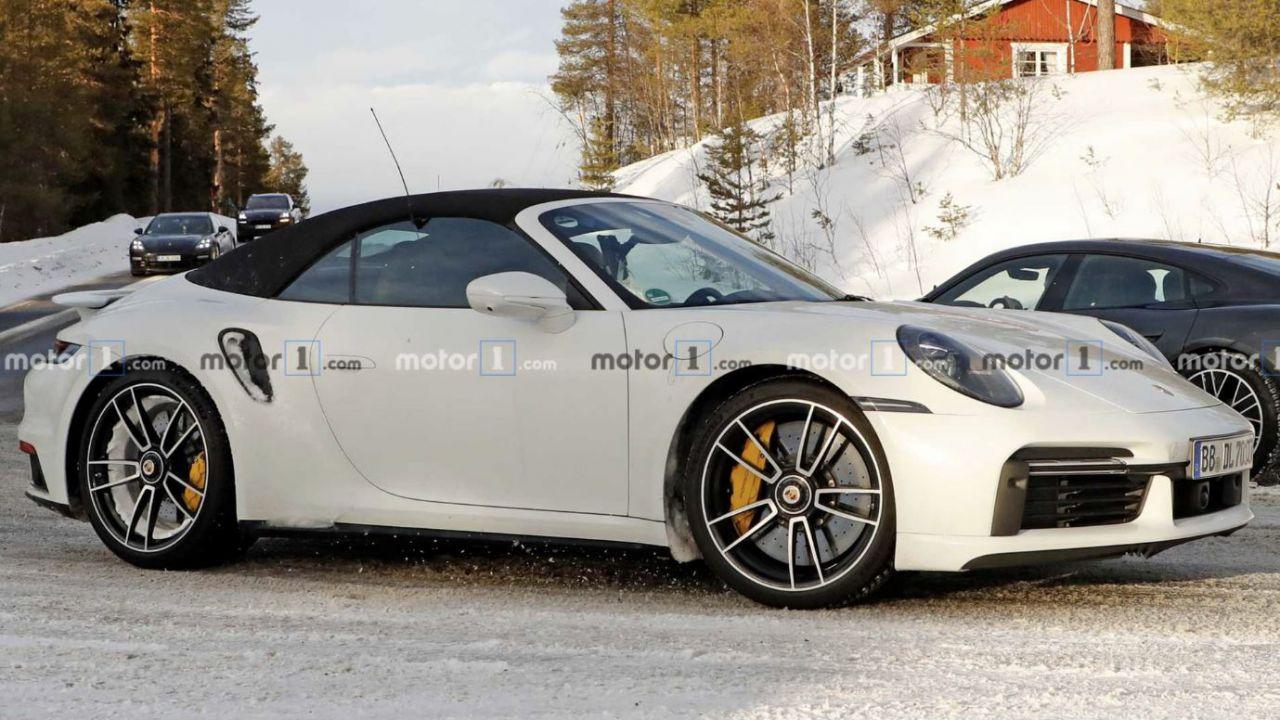 La Porsche 911 Turbo S decapottabile si mostra in alcune foto spia