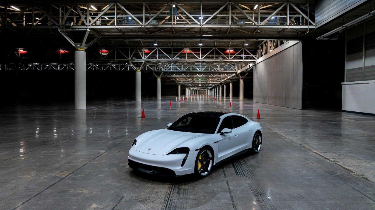 La Porsche Taycan batte il record di velocità al chiuso
