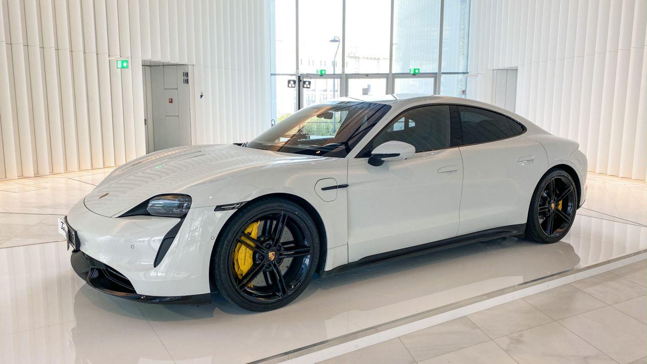La Porsche Taycan si ricarica senza limiti a 100 euro al mese: a Milano le novità 2020