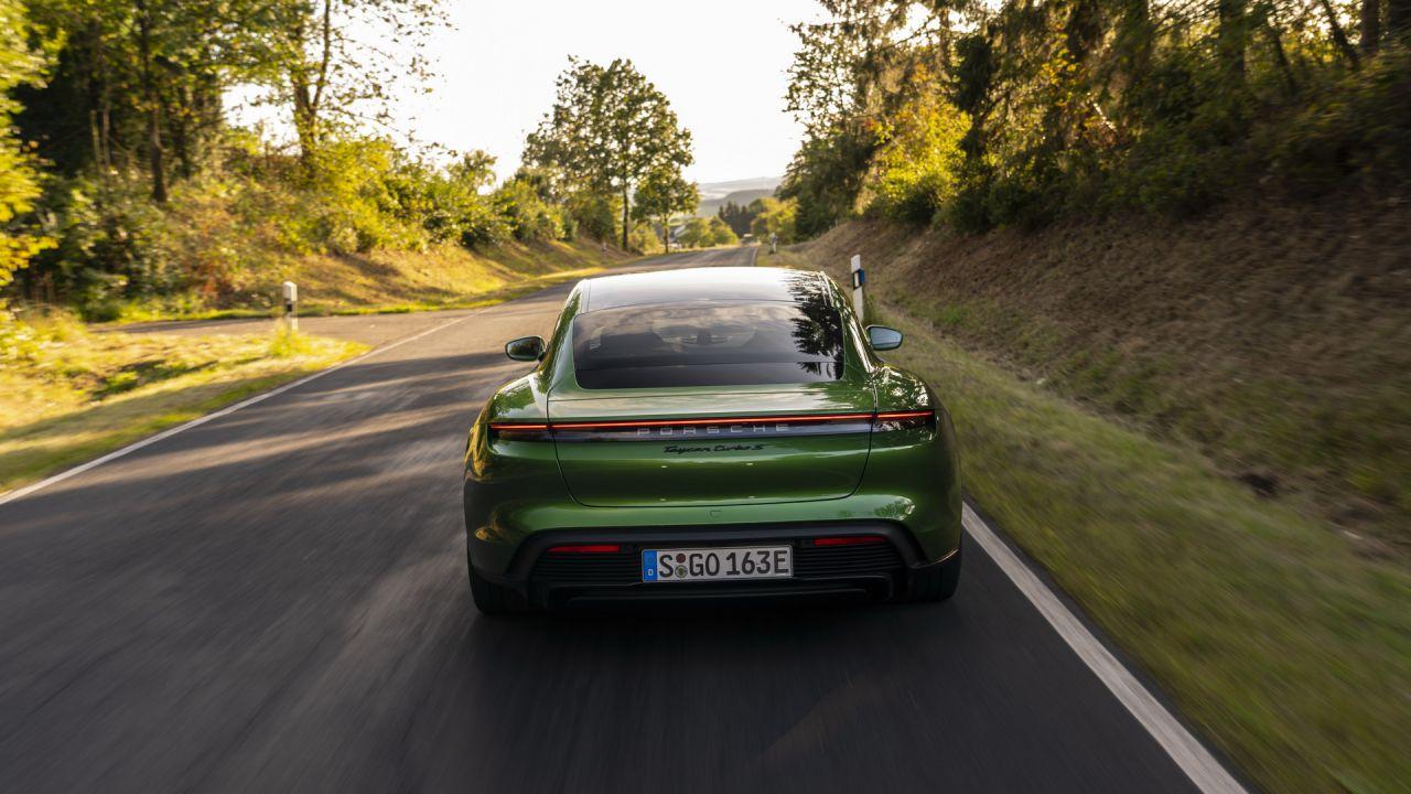 La Porsche Taycan Turbo S va da 0 a 96 km/h in appena 2,4 secondi