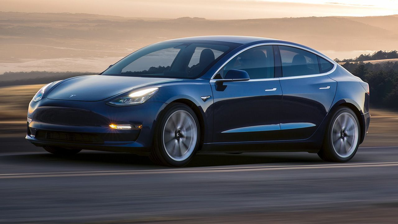 La Tesla Model 3 è l'auto 'più soddisfacente' anche per gli anziani, lo dice uno studio