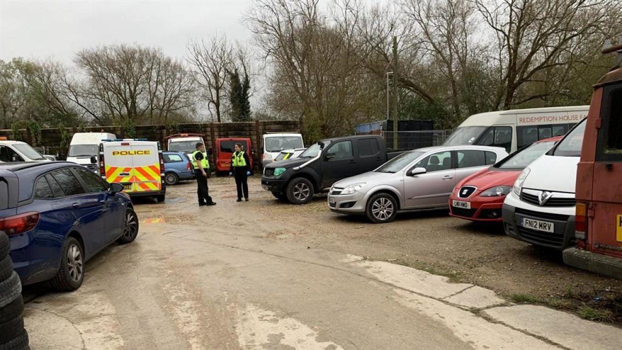 Ladro di convertitori catalitici muore schiacciato da un'auto mentre tenta un furto