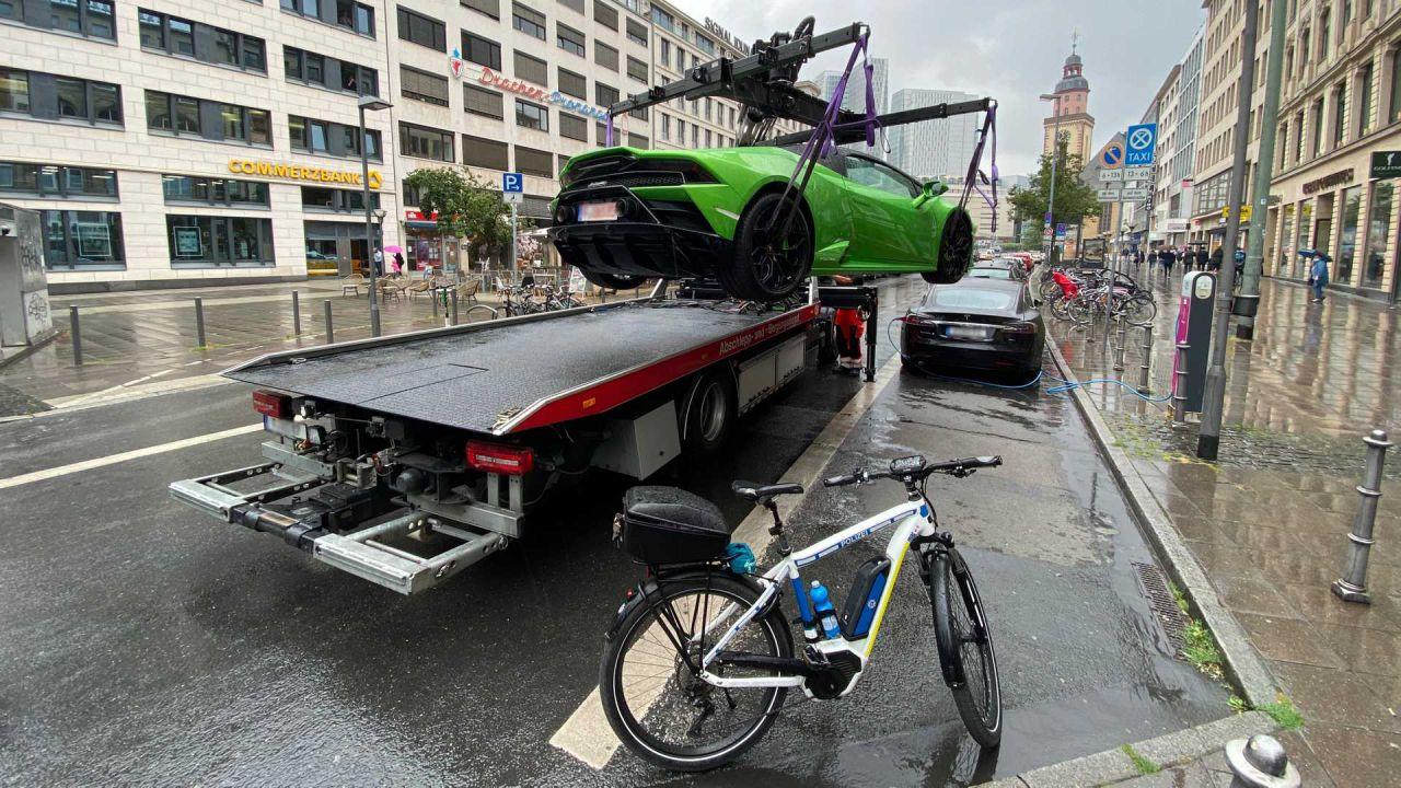 Lamborghini blocca colonnina di ricarica, ma polizia di Francoforte è brutale