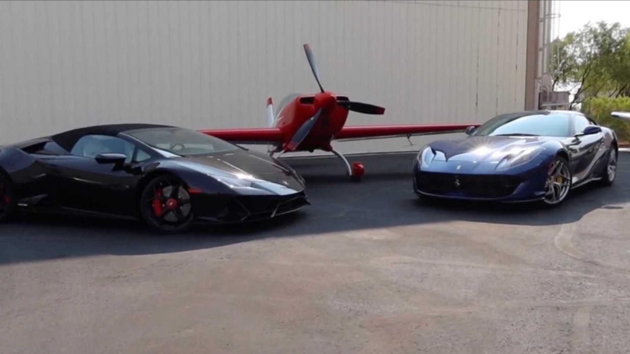 Lamborghini Huracan Evo e Ferrari 812 corrono contro un aereo