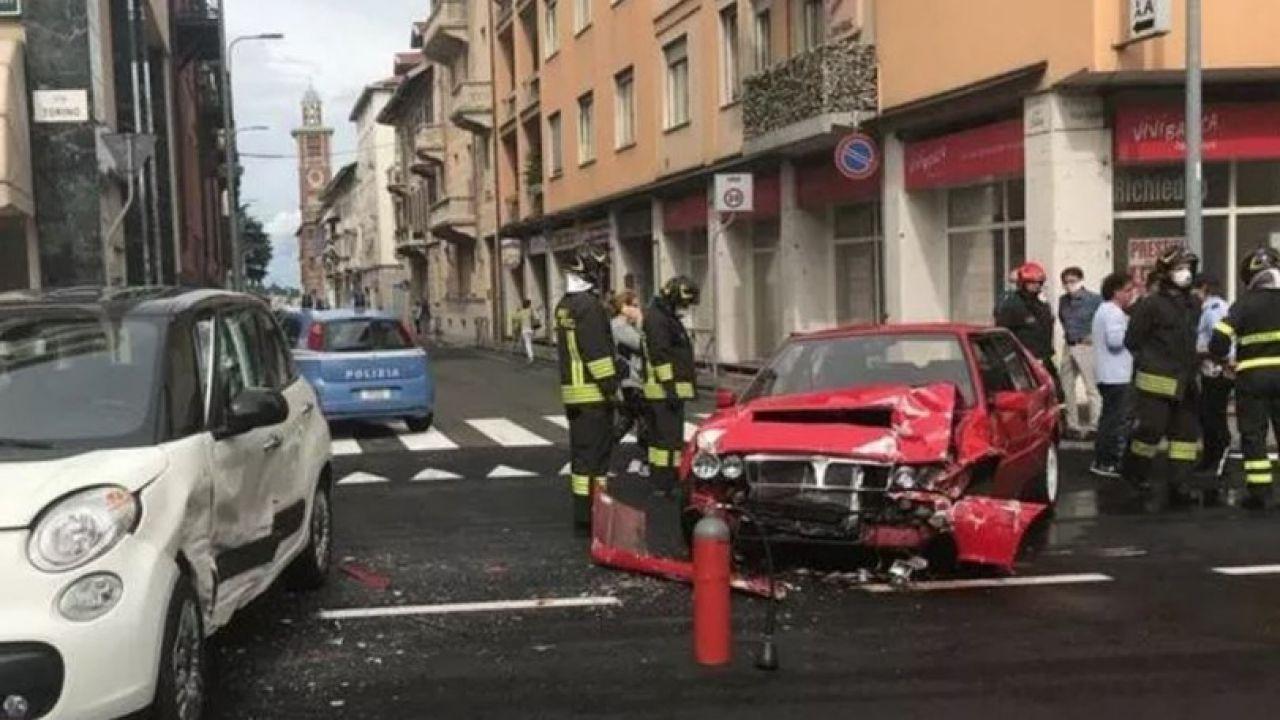 Lancia Delta Integrale distrutta in un incidente nel centro di Biella
