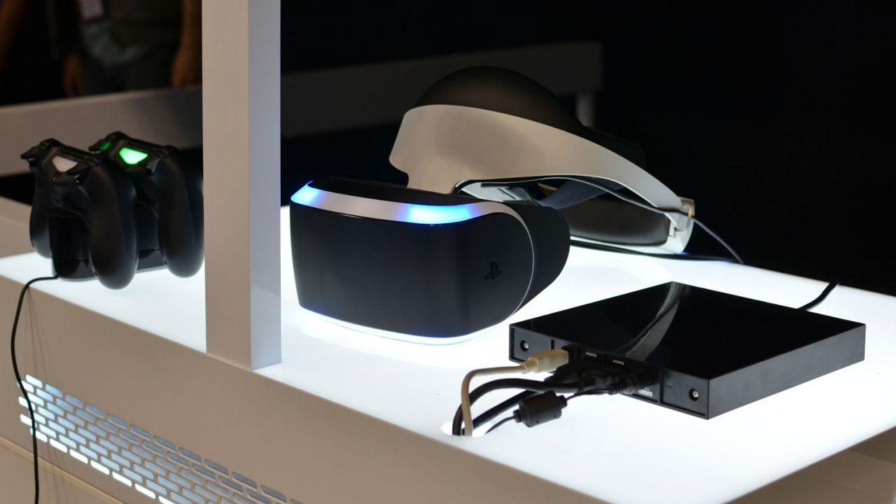 Le dimensioni di PS VR a confronto con quelle di PS4, iPhone 7 e una banana